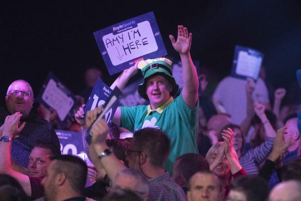 Hoffentlich hat Amy ihren irischen Dartsfan inzwischen wieder in den Arm schließen können (Bild: Lawrence Lustig/PDC)