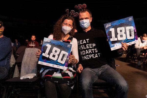 Trotz der Coronapandemie konnten 2020 ein paar Fans mit dabei sein (Bild: Jonas Hunold/PDC Europe)
