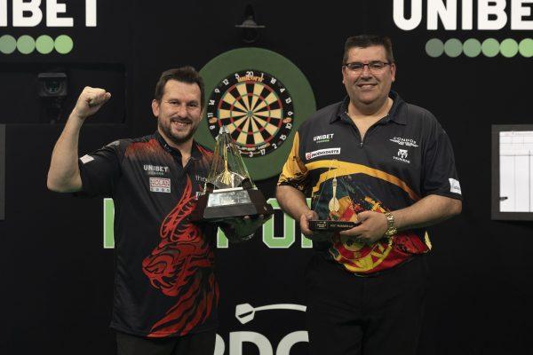 2020 schafften es zwei Debütanten ins Finale: Sieger Clayton und de Sousa (Bild: Lawrence Lustig/PDC)