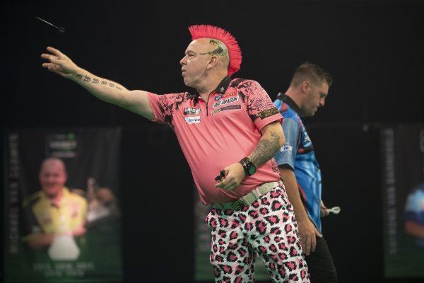Im rosa Zwirn: Wright ist berühmt für seine Outfits! (Bild: Lawrence Lustig/PDC)
